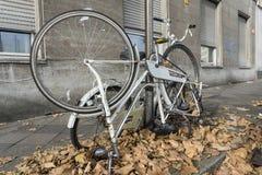 残破的自行车被栓对路灯柱 库存图片