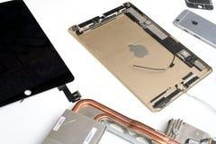 残破的苹果计算机MacBook iPad 库存图片