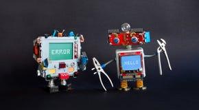 残破的计算机定象概念 机器人杂物工钳子修理打破的显示器靠机械装置维持生命的人 在蓝色屏幕上的系统错误讯报 图库摄影