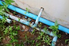 残破的配管管和泄漏 库存照片