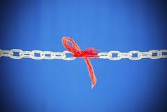 残破的链子被连接的红色线程数 图库摄影