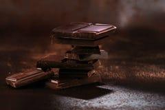 残破的黑暗的巧克力和咖啡豆 免版税库存图片