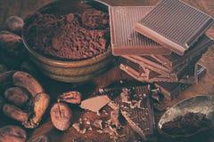 残破的黑暗的巧克力和咖啡豆 库存照片