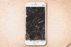 残破的iPhone 6S由公司苹果计算机公司开发了 免版税库存照片