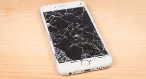 残破的iPhone 6S由公司苹果计算机公司开发了 免版税库存图片