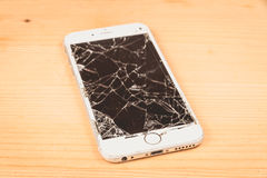 残破的iPhone 6S由公司苹果计算机公司开发了 图库摄影