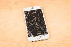 残破的iPhone 6S由公司苹果计算机公司开发了 免版税图库摄影