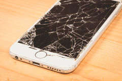 残破的iPhone 6S由公司苹果计算机公司开发了 库存照片