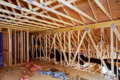 特写镜头新的棍子被修造在家建设中在木房子下天空蔚蓝构筑的结构木框架在家 库存图片
