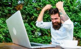 残酷有胡子的行家需要咖啡休息 敏捷事务 r E 很多工作 沮丧的办公室 库存照片