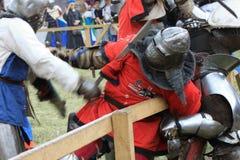 残酷骑士在有刃状的武器的铁装甲作战 免版税库存图片
