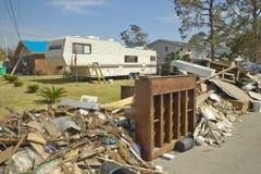 残骸和在房子前面的老钢琴 免版税库存照片