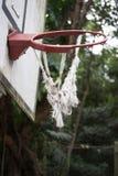 残破和扭转的篮球篮 库存照片