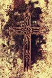 残破和生锈的在老生苔墓碑的铁土气耶稣受难象 宗教的被放弃的标志 免版税库存照片