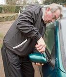 残破汽车镜子修理 免版税库存照片