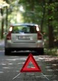 残破的下来汽车三角警告 免版税库存图片