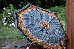 残破的伞和倾吐的雨 图库摄影