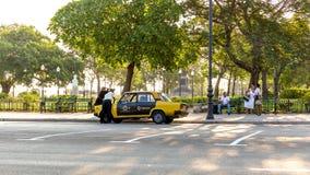 残破的出租汽车在哈瓦那 库存照片
