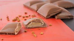 残破的利口酒奶油巧克力块 库存照片