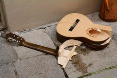 残破的吉他 免版税库存图片
