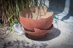 残破的土制罐 免版税图库摄影
