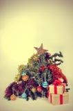 残破的圣诞节treem,与一个减速火箭的作用 免版税库存照片