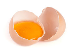 残破的在白色背景隔绝的鸡蛋用卵黄质和蛋壳 库存照片