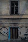 残破的大厦老视窗 免版税库存图片