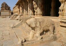 残破的大象雕象 免版税库存图片