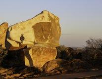 残破的小山雕塑&生存沙漠 免版税库存图片