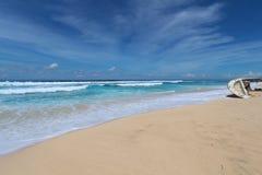 残破的小船在一个沙滩说谎 库存照片