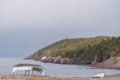 残破的小船眺望台和独木舟 库存照片