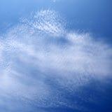 残破的层云层数在深蓝天下 免版税库存图片