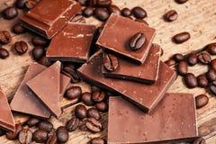 残破的巧克力块和香料 免版税图库摄影