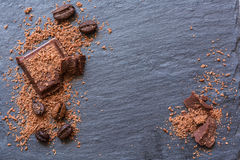 残破的巧克力片和被磨碎的巧克力在石背景 拷贝spase 库存图片