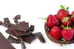 残破的巧克力,在一个柳条筐的草莓 图库摄影