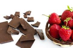 残破的巧克力,在一个柳条筐的草莓 库存照片