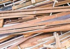 从残破的房子的大木材堆 免版税库存图片