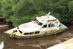 残破的摒弃小船 免版税库存照片