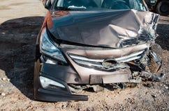 残破的敞篷和碰撞用汽车,在一次猛烈事故以后 免版税库存图片