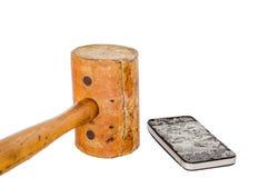 残破的智能手机和皮革在白色背景锤击 免版税库存照片
