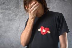残破的有之心的人哭泣。情人节概念。 免版税库存照片
