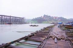 残破的木桥 免版税库存照片