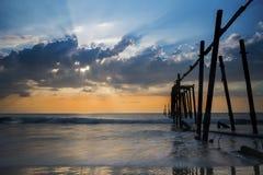 残破的木碰撞在海的桥梁和波浪在日落,攀牙,泰国期间 免版税库存照片