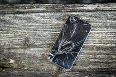 残破的杯巧妙的电话 免版税库存图片