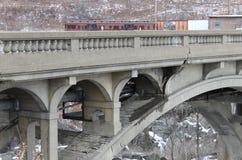 残破的桥梁和火车 库存图片