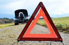 残破的汽车和三角 库存图片