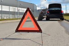 残破的汽车和三角 免版税图库摄影