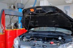 残破的汽车在汽车修理店 免版税库存图片