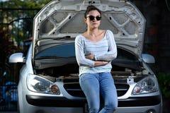 残破的汽车女孩 图库摄影